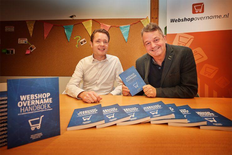Sander Scholten overhandigde het eerste exemplaar van Webshopovername Handboek aan Wijnand Jongen.