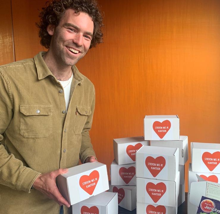 Joep Pennartz met zijn boxen van Stiekem-mis-ik-kantoor.